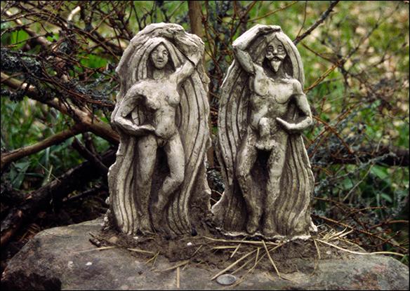 Frej & Freja på ett altare i skogen