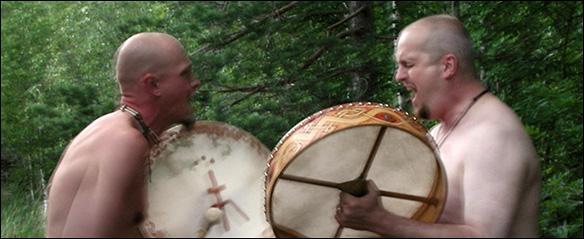 Nakna shamaner trummar i skogen