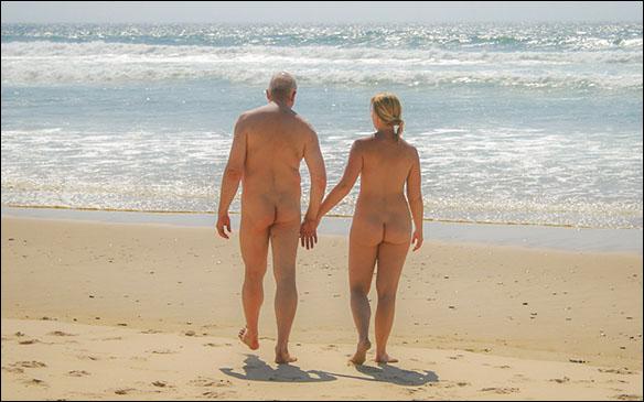 Hand i hand på en solig strand