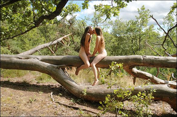 Älskande par i naturen